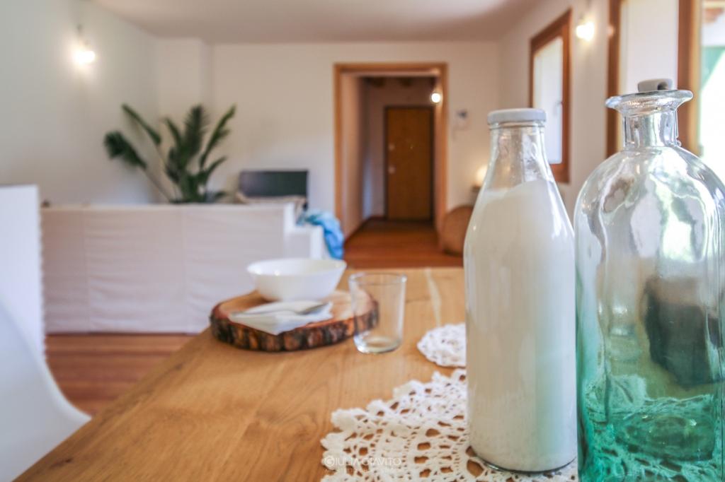 tavolo in legno , rondelle di legno come sottopiatto, allestimento a Camporosso Tarvisio per appartamento in vendita